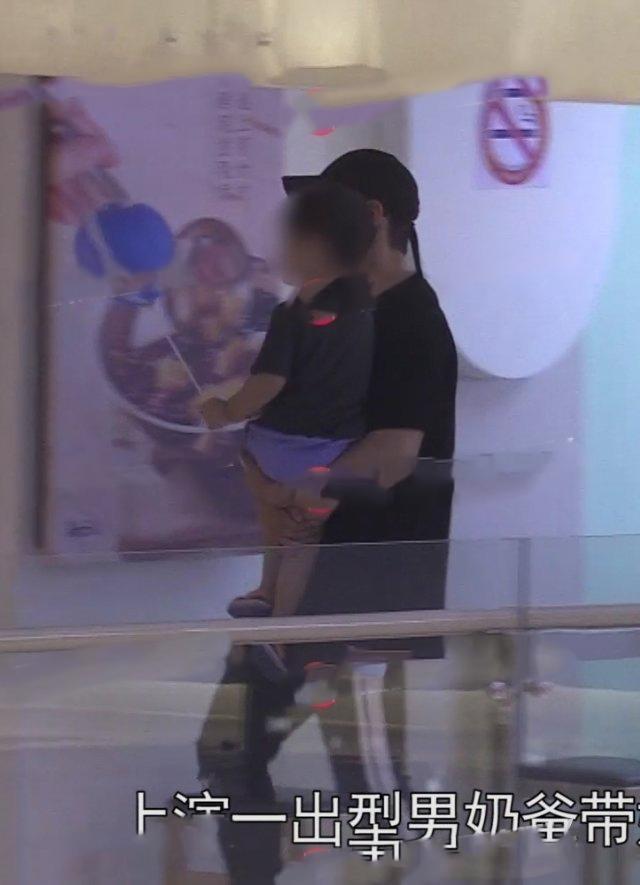 Huỳnh Hiểu Minh đưa con trai và mẹ đi trung tâm thương mại chơi, vắng mặt Angelababy ảnh 0