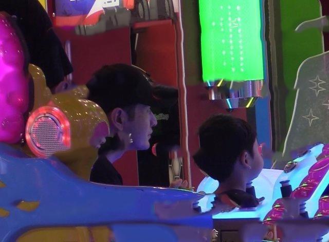 Huỳnh Hiểu Minh đưa con trai và mẹ đi trung tâm thương mại chơi, vắng mặt Angelababy ảnh 2