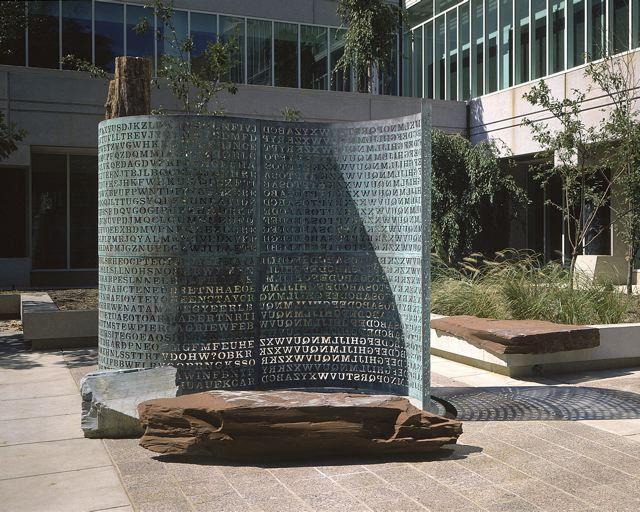 Cận cảnh bức phù điêu mật mã Kryptos chưa được phá giải trong suốt 30 năm qua.