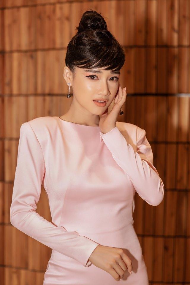 Nếu như Phương Khánh chọn kiểu tóc rẻ ngôi, búi cục thì bà xã Trường Giang phá cách với kiểu tóc búi cục cao cổ điển. Điểm khác biệt đó là phần mái.