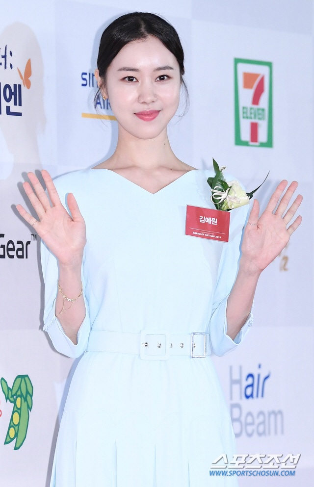 Giải thương hiệu 2019: Hwang Minhyun đẹp hơn hoa, Na Eun (April) xinh áp đảo Hyeri (Girls Day) ảnh 15