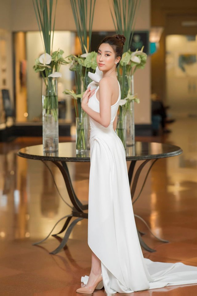 Cũng giống như Hương Giang,với thiết kế này nàng hậu họ Đỗ lựa chọn trang điểm tông cam tự nhiên, búi tóc cao vàkết hợp với phụ kiện đính đá.