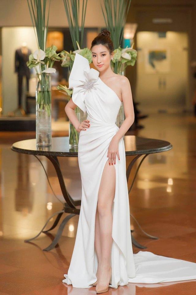 Không hẹn mà gặp, bộ cánh này đã được cựu Hoa hậu Việt Nam 2016 Đỗ Mỹ Linh diện trong sự kiện gần đây.