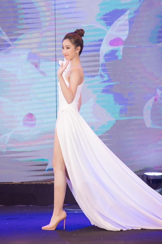 Hoa hậu Đỗ Mỹ Linh với đôi chân dài miên man thẳng tắp nên thiết kế xẻ đùi cao càng giúp hoa hậu khoe được lợi thế hình thể của mình.