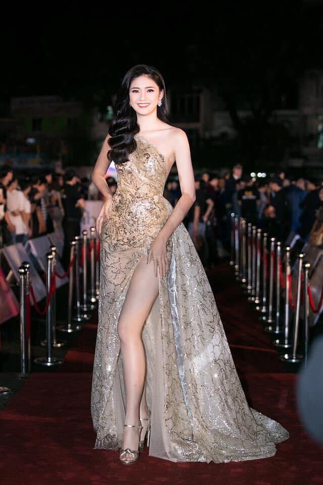 Á hậu Thanh Tú khoe đôi chân cực phẩm với chiếc váy ánh kim xẻ đùi cao vút