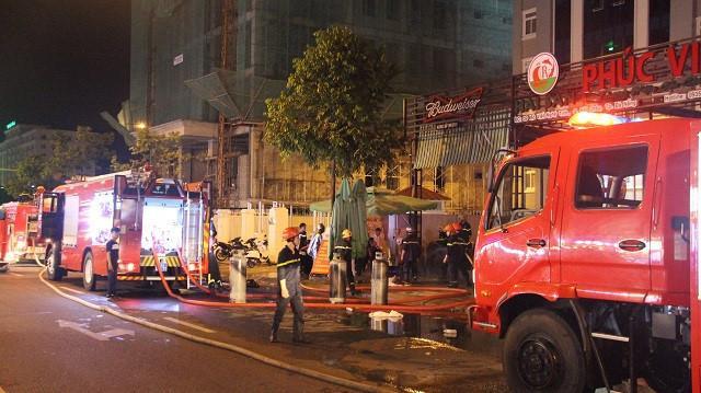 Hiện trường vụ cháy, lửa bao trùm quán nhậu ở Đà Nẵng sau tiếng nổ lớn. (Ảnh: Kiến Thức).