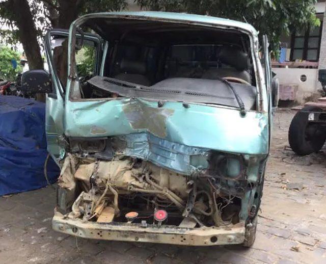 Xe ô tô bị dập nát sau khi tông xe cảnh sát. Ảnh: Dân Trí