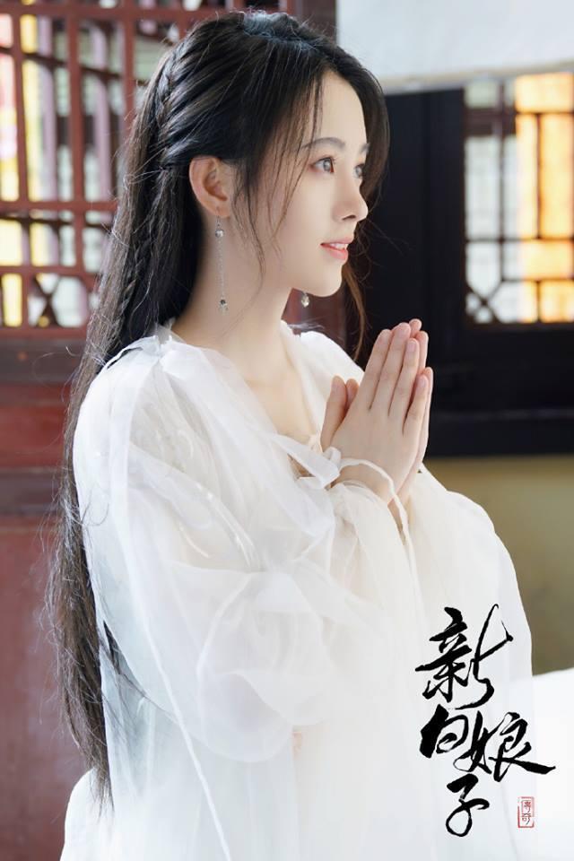 """Cúc Tịnh Y từng đứng đầu bảng xếp hạng tìm kiếm của Weibo trong một thời gian dài, việc này cũng khiến cô vướng phải nhiều lùm xùm vì họ cho rằng cô không xứng đáng với danh xưng """"Mỹ nữ 4000 năm có 1"""" mà truyền thông Nhật Bản bình chọn."""