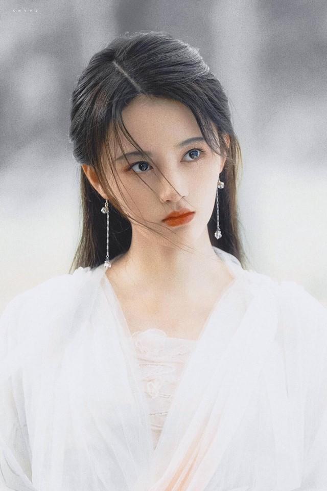 Khi còn là thành viên nhóm nhạc thần tượng SNH48, cô từng 2 lần chiến thắng Tổng tuyển cử, lên ngôi Nữ hoàng của SNH48. Sau đó cô lấn sân sang nghề diễn. Vai diễn Bạch Xà trong phim Tân Bạch nương tử phiên bản 2019 đã giúp cô gặt hái được nhiều thành công.