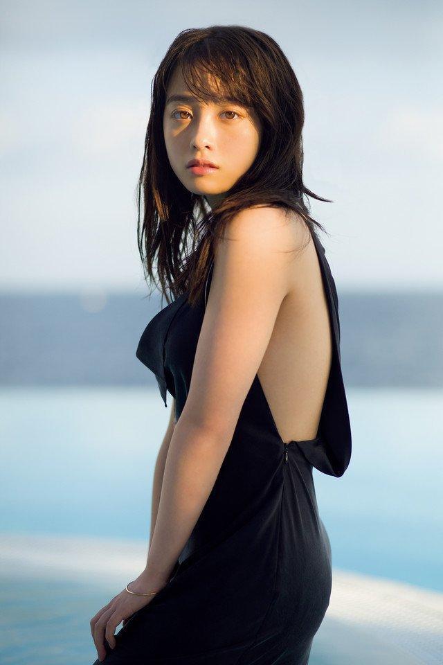 """Cô còn được báo chí ca ngợi là """"mỹ nữ thiên niên kỷ, có nghĩa là """"1000 năm có 1"""" của Nhật Bản."""