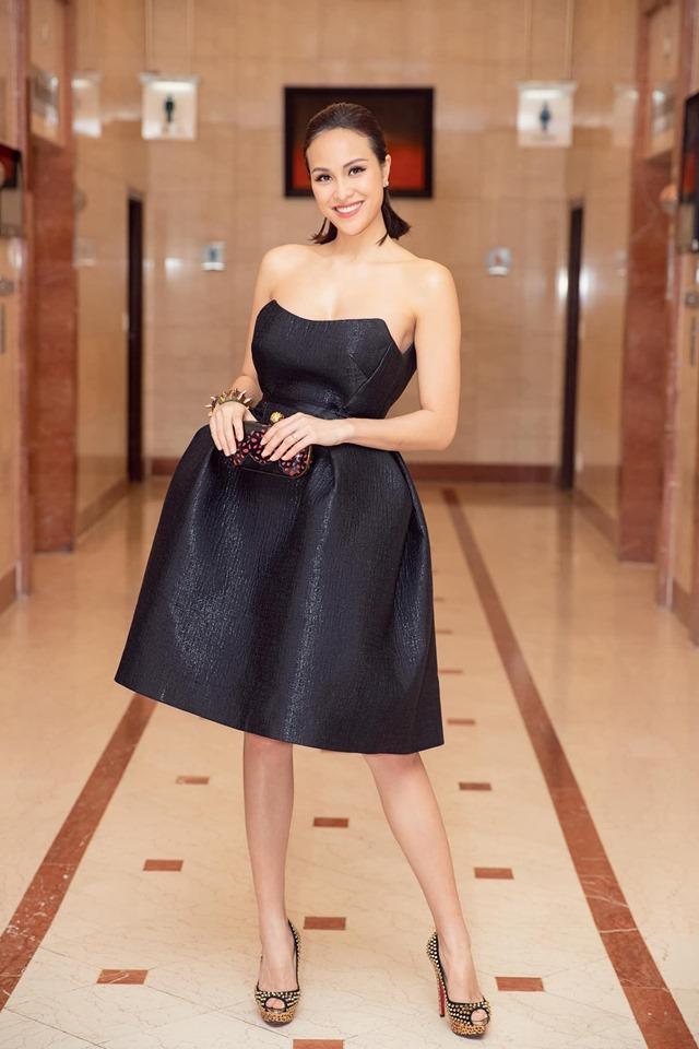Cô cũng hay lựa chọn trang phục có thiết kế xòe rộng hay tối màu khi tham dự các sự kiện