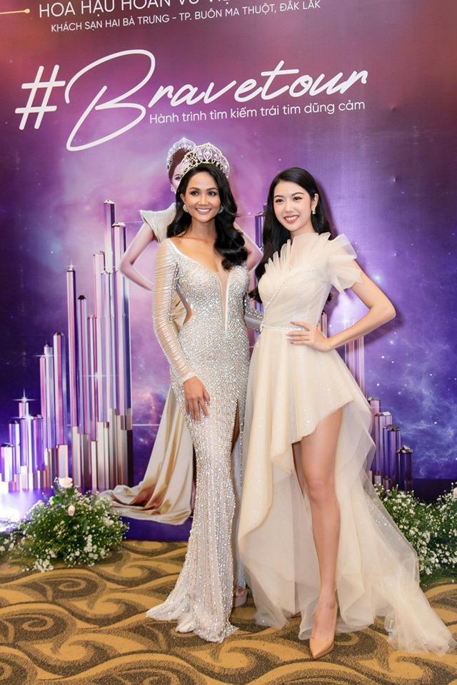 Trong chuyến hành trình về Đắk Lắk, H'Hen niê diện lại chiếc váy đính 3000 viên đá quý từng diện trong đêm chung kết Miss Universe 2018.