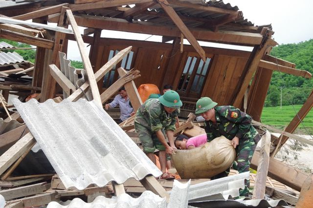 Lực lượng chức năng giúp người dân khắc phụ hậu quả sau mưa lũ. Ảnh: Dân Trí