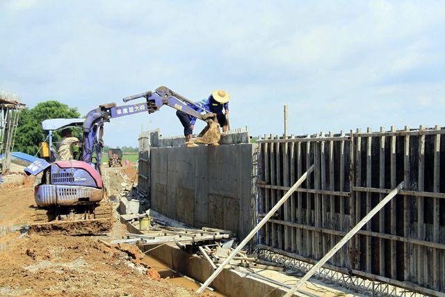 Sau nhiều tháng xây dựng, đoạn còn lại khoảng 500 m (từ cầu Cốc đến trạm bơm xã Thanh Bình) là hoàn thiện.