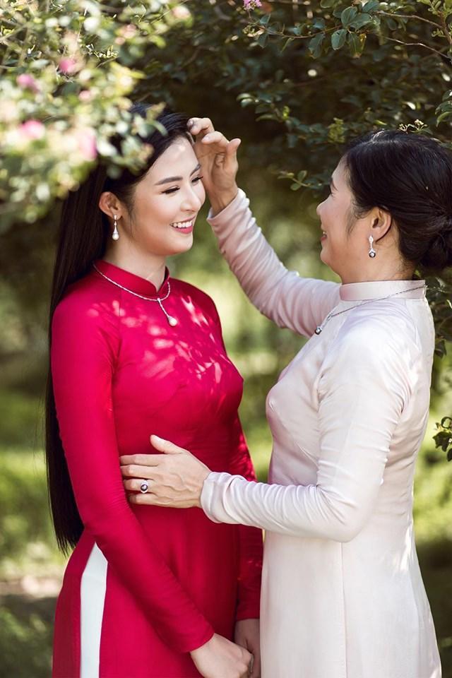 Hoa hậu Ngọc Hân và mẹ của mình trong chiếc áo dài với màu sắc và kiểu dáng vô cùng nền nã được chính tay cô thiết kế và gửi gắm tình cảm