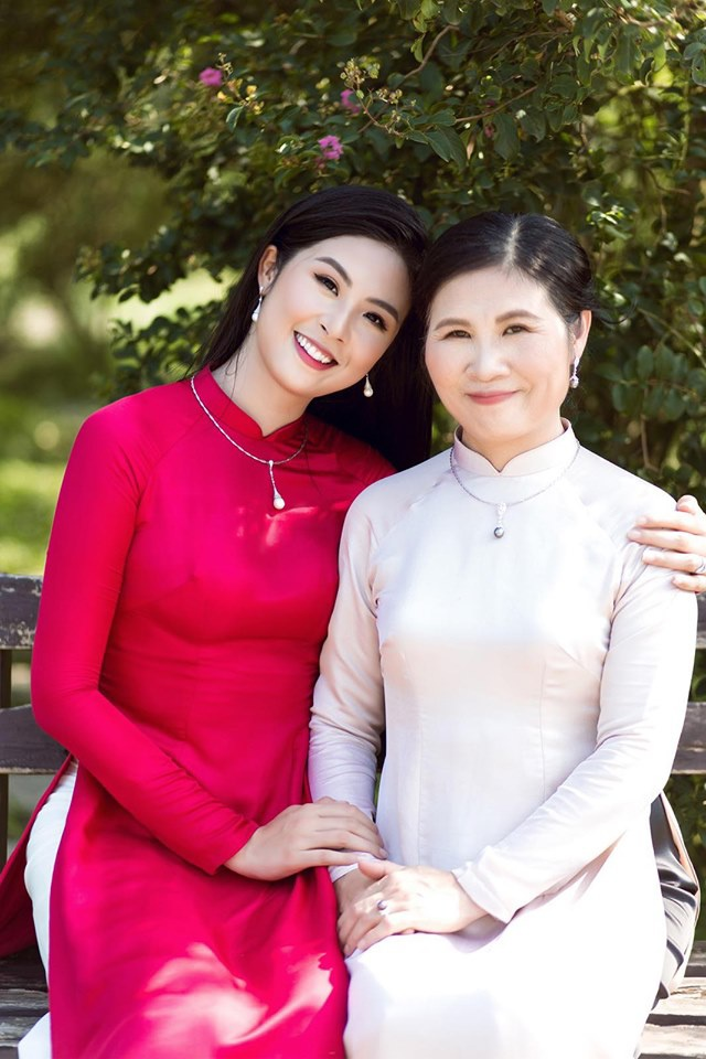 Khi đó, Hoa hậu Ngọc Hân thầm hứa rằng sẽ cố gắng học thật giỏi, lớn lên sẽ dành tặng mẹ những món quà đắt tiền và trân quý hơn