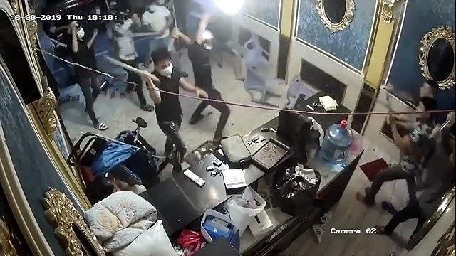 Nhóm giang hồ đập phá cửa hàng, hành hung nhân viên. Ảnh: VTC News.