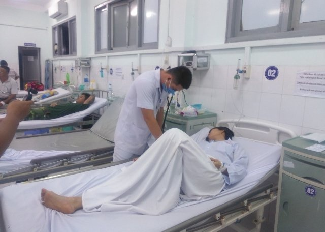 Một nạn nhân trong đoàn du khách tắm biển đang được cấp cứu tại Bệnh viện thị xã La Gi (Bình Thuận). Ảnh: báo Nhân Dân
