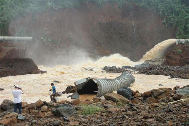 Một phần ống áp lực bị vỡ giúp hồ thủy điện không bị vỡ thời điểm nước dâng cao đột ngột. Ảnh: báo Dân Trí