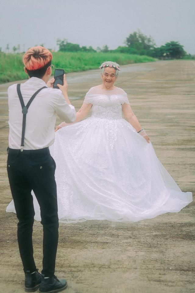Xúc động bộ ảnh cưới bà nội  cháu trai: Đời người con gái đẹp nhất là khi khoác lên mình bộ váy cưới ảnh 14