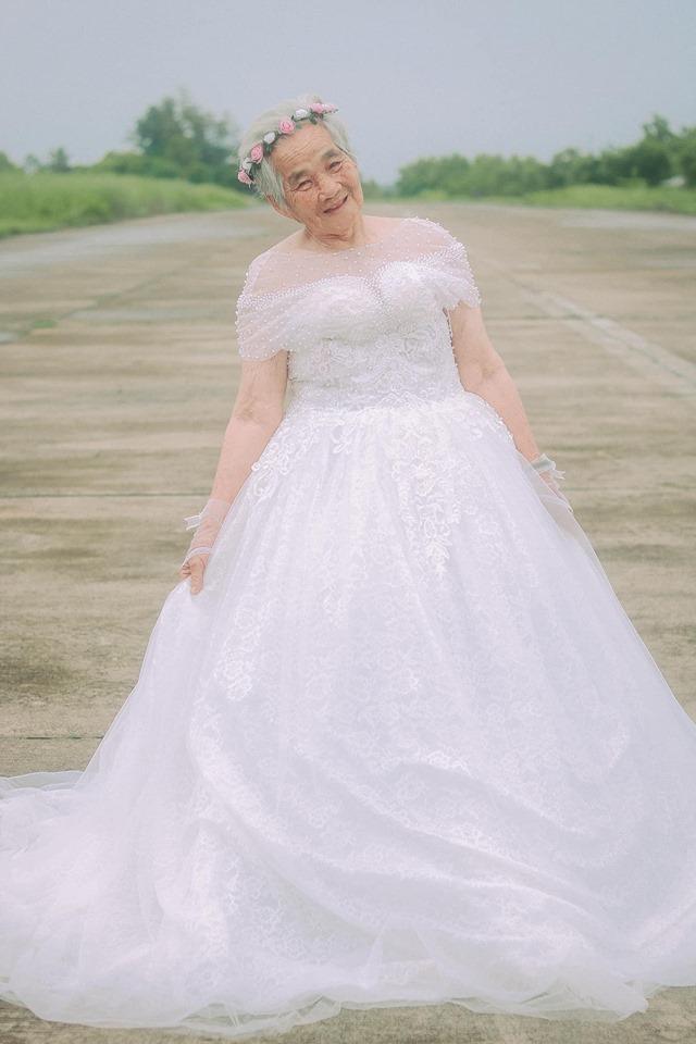 Xúc động bộ ảnh cưới bà nội  cháu trai: Đời người con gái đẹp nhất là khi khoác lên mình bộ váy cưới ảnh 3