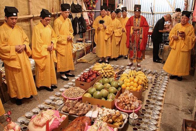 Ở Trung Quốc, Lễ Vu Lan được tổ chức từ ngày 15/7 đến 30/7 âm lịch,còn được gọi là Lễ Ma đói. Người dân xem đây là sự kiện đáng sợ nhất năm bởi theo lịch mặt trăng cánh cổng âm phủ sẽ mở ra vào ngày này. Họ treo đèn đỏ từ nhà ở đến văn phòng làm việc, cúng cơm cho tổ tiên ba lần một ngày. Vào dịp này, người dân Trung Quốc đi thăm phần mộ của người thân để sửa sang, quét dọn lại, đốt giấy tiền, vàng mã cho người đã khuất. Ngoài ra,tín đồ Phật tử ở Trung Hoa còn làm các việc phước thiện như bố thí, phóng sinh… để hồi hướng công đức cho cha mẹ và người thân của mình.