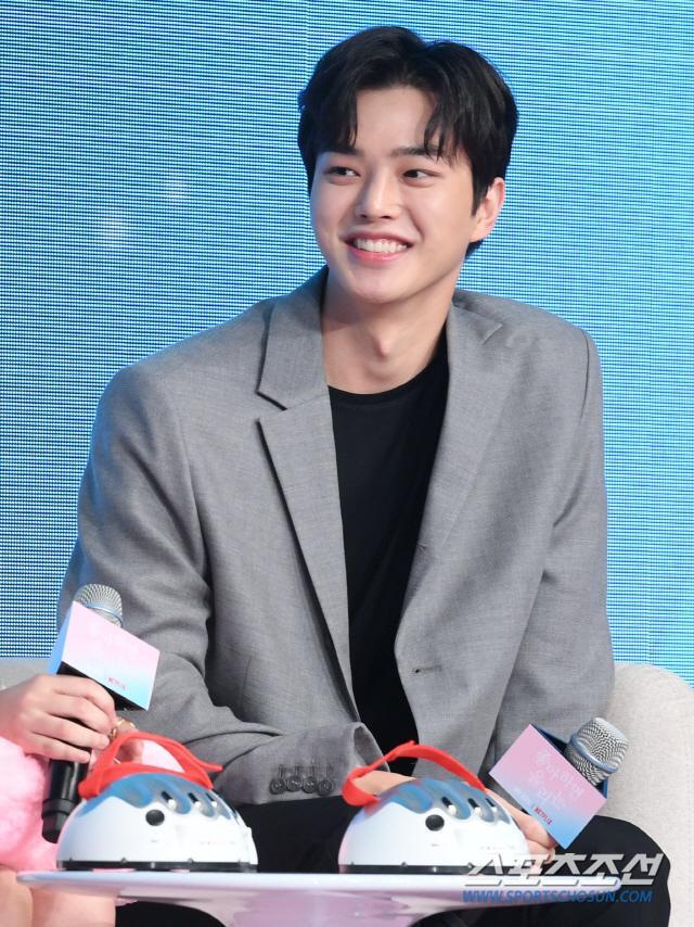 """Song Kang hóa thân vào vai chàng nam sinh nổi tiếng Hwang Seon Oh, người quan tâm đến Kim Jo Jo hơn nhiều những cô gái """"say nắng"""" anh."""