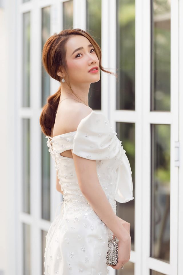 Chọn cho mình chiếc váy trắng khoe bờ vai thon cùng làn da trắng ngần, Nhã Phương ngay lập tức thu hút sự chú ý của khán giả tại sự kiện.
