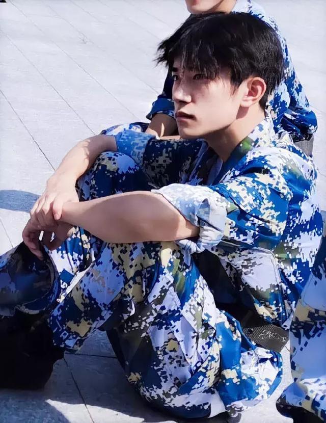 Nam diễn viên Hoa ngữ nào mặc quân trang là cool nhất? ảnh 0