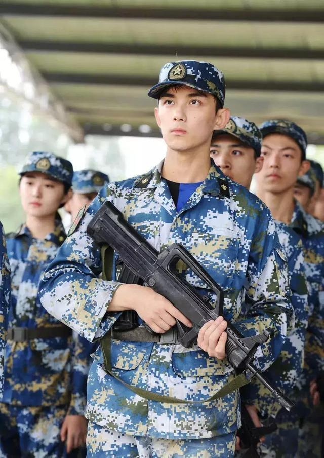 Nam diễn viên Hoa ngữ nào mặc quân trang là cool nhất? ảnh 5