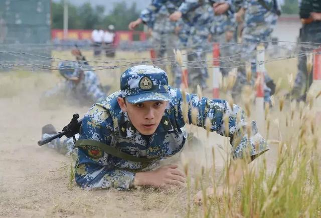 Nam diễn viên Hoa ngữ nào mặc quân trang là cool nhất? ảnh 6