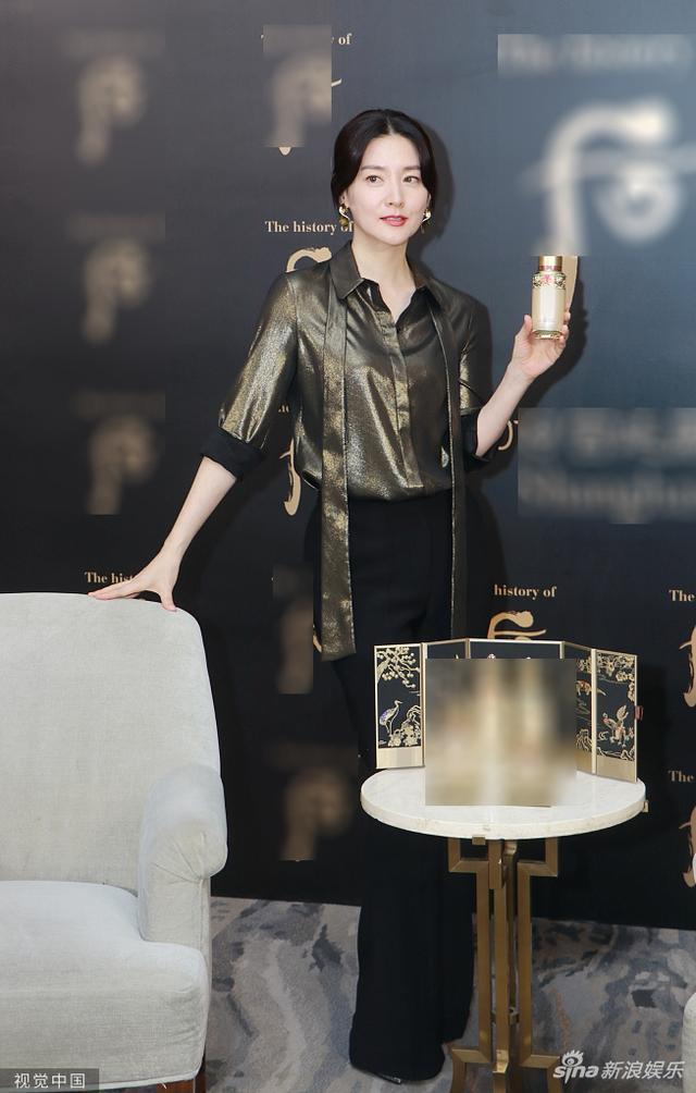 Bộ cánh thứ 3 tại sự kiện với kiểu áo sơ mi chất liệu sequin màu rêu đồng mix cùng quần đen cạp cao, khán giả dành nhiều lời khen ngợi Lee Young Ae đẹp bất chấp tuổi tác tại sự kiện