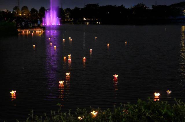 Hồ Bán Nguyệt lung linh với ánh đèn hoa đăng. (Ảnh: Internet)