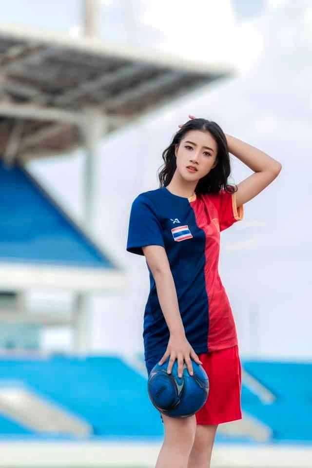 Hot girl xứ Thanh viết tâm thư gửi Bùi Tiến Dũng hiện là một người mẫu đang hoạt động ở Hà Nội. Nguyễn Hương Hường (nick name Jenny Nguyễn) từng Miss áo dài của cuộc thi Miss Photogenic 2018.