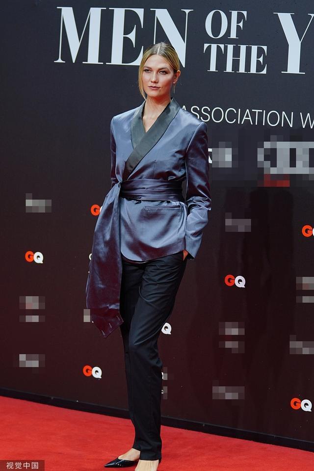 Cựu thiên thần Karlie Kloss thì chọn kiểu áo màu xanh navy hơi hướng style áo kimono với phần điểm nhấn thắt lưng mix cùng quần đen kín đáo