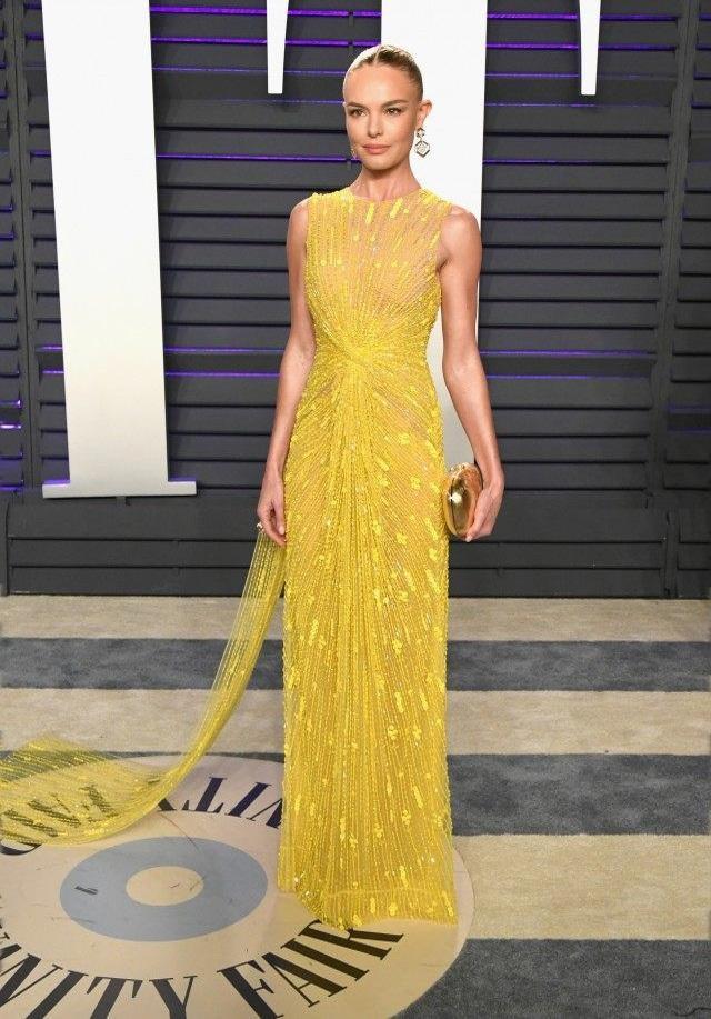 Mẫu đầm vàng xuyên thấu với hoạ tiết đính kết tinh xảo mà Kate Bosworth trưng diện hồi đầu năm là đắt tiền nhất .Nữ diễn viên người Mỹ phối cùng clutch vàng đồng cùng vày Jimmy Choo và trang sức tinh tế