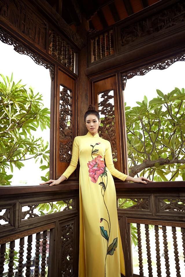 Người đẹp có khả năng biến hóa đa dạng trong biểu cảm, từ nhẹ nhàng, tôn kính cùng áo dài…