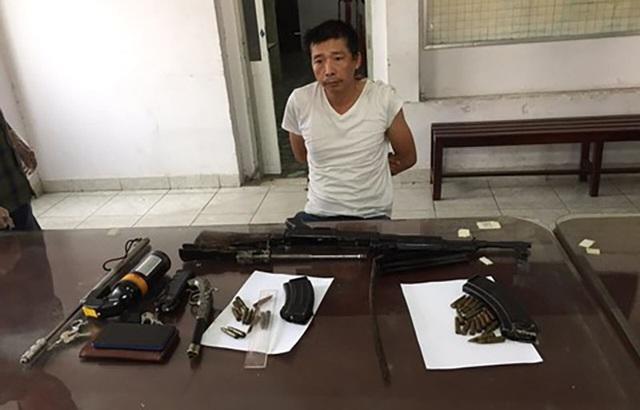 Đối tượng bị bắt khi mang khẩu súng K56 và 29 viên đạn trên đường đi bán. Ảnh: Dân Trí