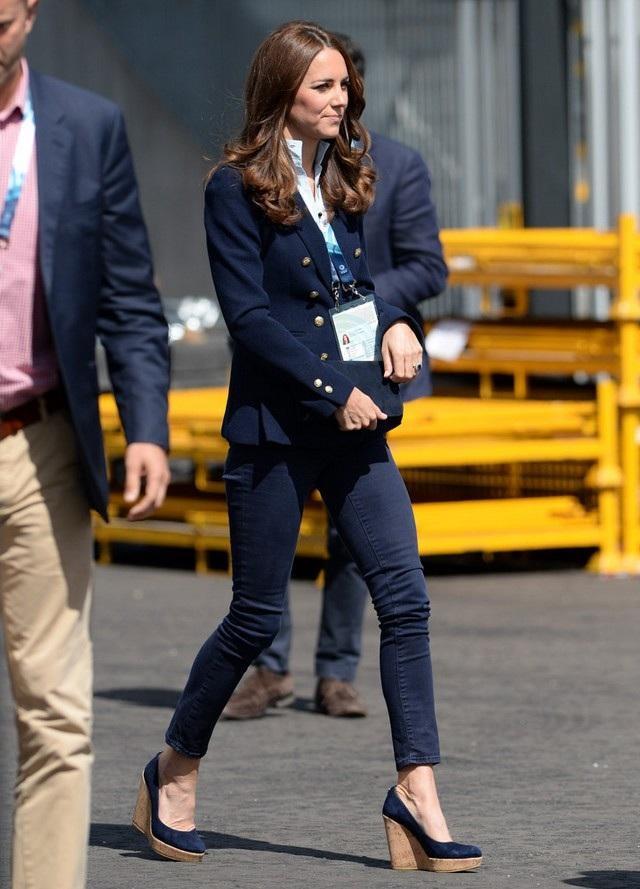 """Rất nhiều lần Kate """"vượt nội quy"""" để chọn diện đôi giày đế xuồng,"""