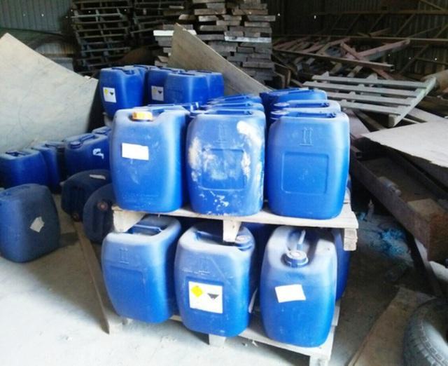 Các thùng đựng hóa chất bị công an bắt giữ. Ảnh: Dân Trí