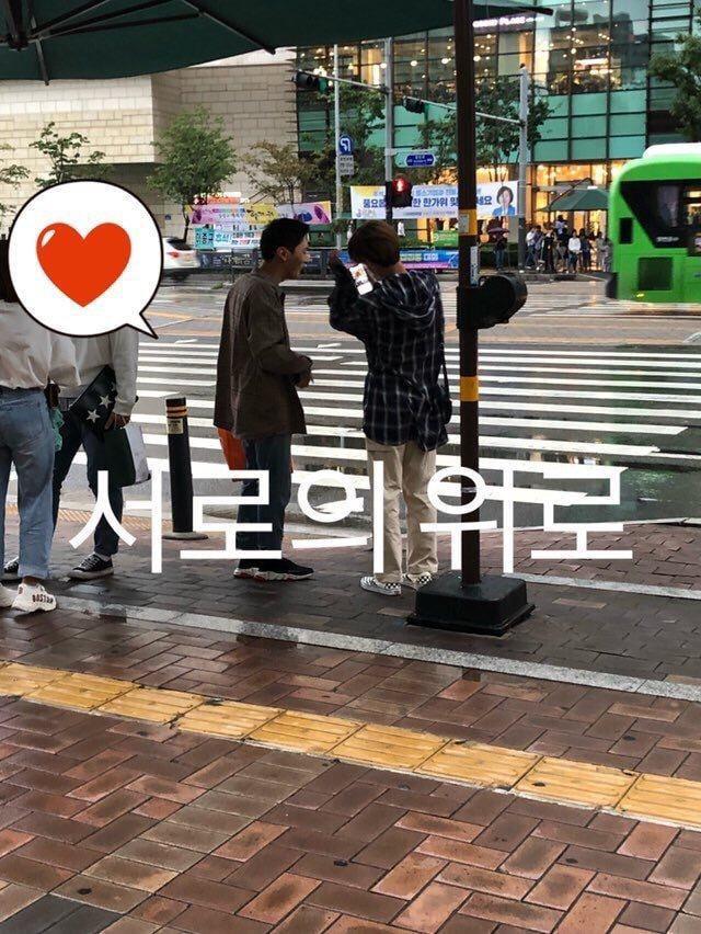 Jisung và Daehwi được fan bắt gặp trên đường di chuyển.