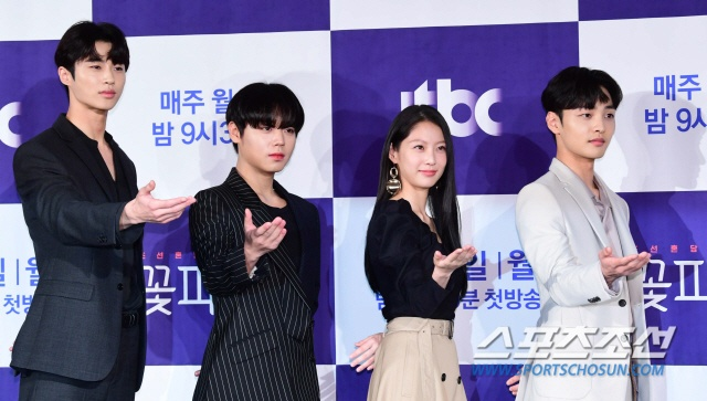 Park Ji Hoon  Kim Min Jae bừng sáng tại họp báo Mỹ nam đẹp hơn hoa bản cổ trang ảnh 3