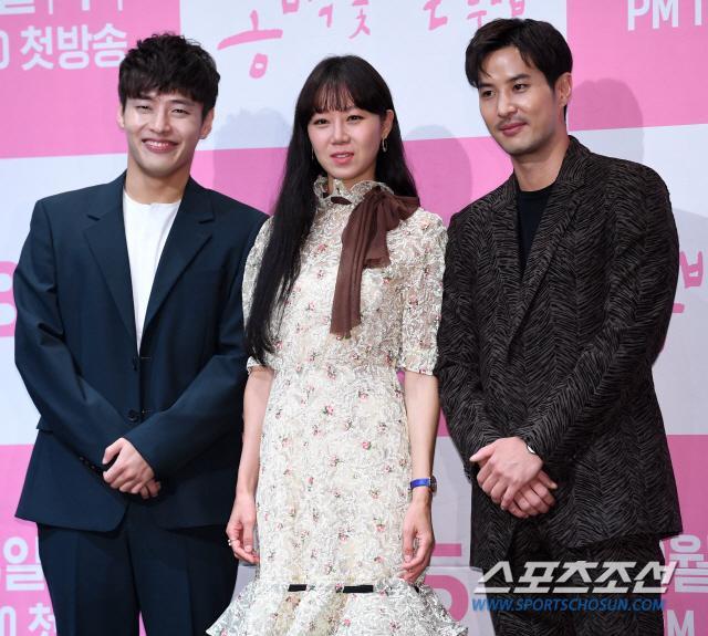 Họp báo Khi hoa trà nở: Gong Hyo Jin không nhịn được cười vì chàng ngố Kang Ha Neul  Kim Ji Suk ảnh 9