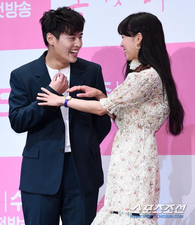 """""""Chị đại"""" không thể ngừng cười trước hành động bắn tim đáng yêu của Kang Ha Neul."""