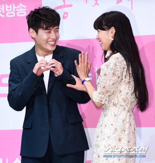 Họp báo Khi hoa trà nở: Gong Hyo Jin không nhịn được cười vì chàng ngố Kang Ha Neul  Kim Ji Suk ảnh 13