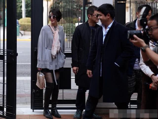 Dựa vào vẻ quý phái và gu ăn mặc sành điệu của cô gái trong bức ảnh được phóng viên chụp được, mọi người đều tin rằng người yêu của Lý Á Bằng hẳn phải rất giàu có