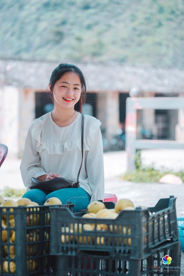 Sau hơn 1 năm nổi tiếng, cô bé bán lê ở Hà Giang càng ngày càng xinh đẹp, đáng yêu ảnh 2