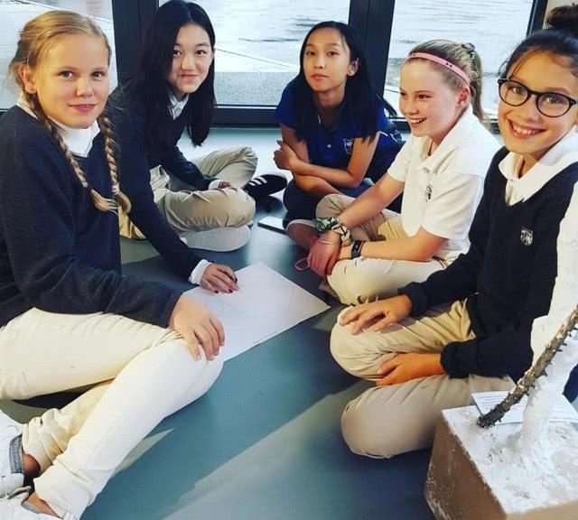 Lý Yên vui vẻ chụp ảnh bên các bạn khi học nhóm cùng nhau, có thể thấy con gái Vương Phi khá hòa đồng với bạn bè và ngược lại cô bé cũngnhận được rất nhiều sự chú ý nhờ tính cách hòa đồng