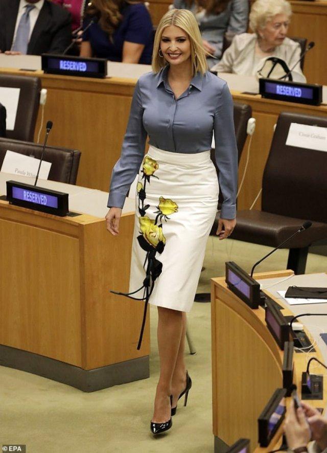Ivanka Trump mặc style công sở khi đến tham dự buổi họp với chân váy hoa của nhà Prada có họa tiết Hoa 3D trị giá 2.130 đô la Mỹ (tầm hơn 48 triệu) và áo sơ mi lụa màu xanh cùng giày cao gót mũi nhọn màu đen thanh lịch.