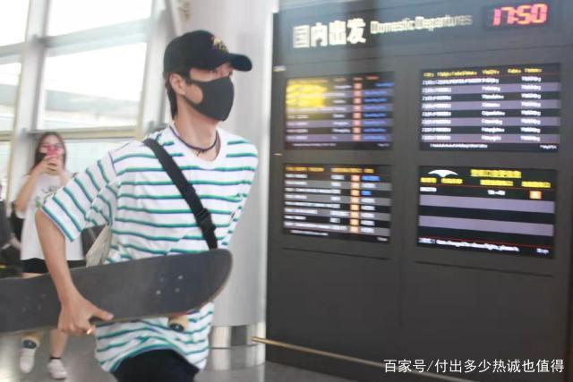 Vương Nhất Bác điên cuồng chạy vì muốn kịp chuyến bay, dân mạng: Người không biết còn tưởng anh chạy về để kịp mừng quốc khánh ảnh 2